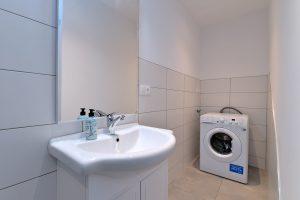 Salle d'eau avec lave-linge et sèche-linge 01
