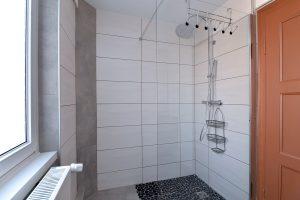 Seconde salle d'eau à l'étage avec douche et WC - 02
