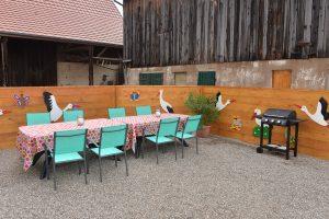 Cour fermée équipée d'une table et de chaises de jardin